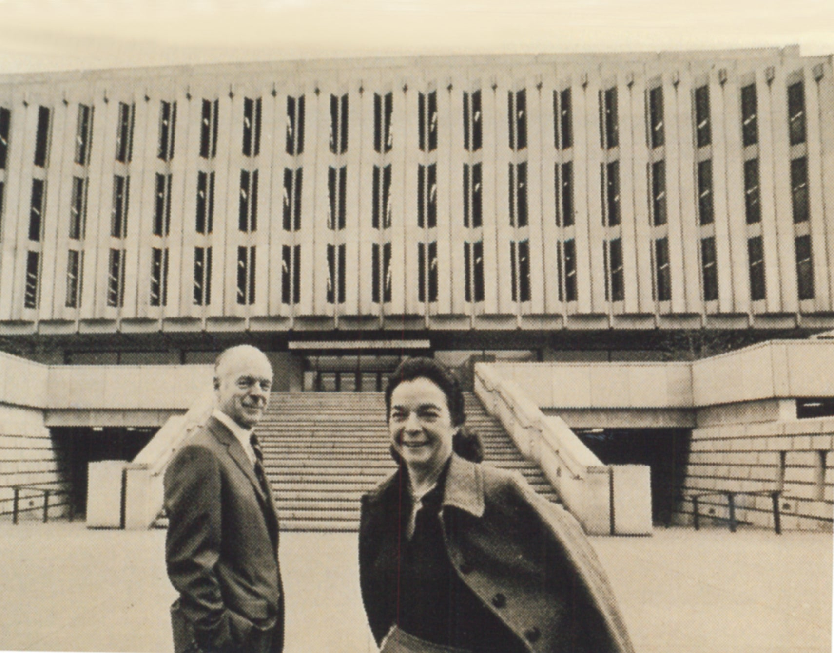 Henry and Elsie Hillman stand in front of the newly completed Hillman Library.